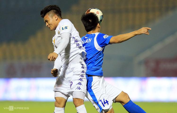 Quang Hải tranh bóng với Hải Huy trong trận Quảng Ninh - Hà Nội trên sân Cẩm Phả không khán giả ở vòng 2 V-League 2020 hôm 15/3. Ảnh: Việt Cường.