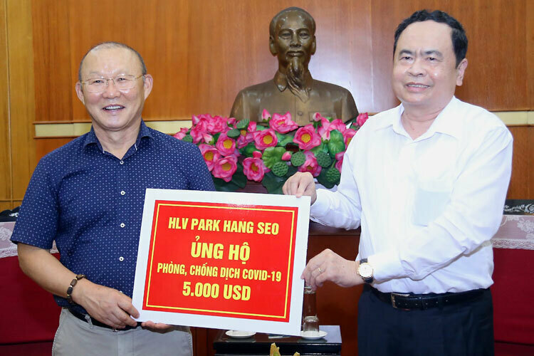 HLV Park Hang-seo trực tiếp trao tiền ở trụ sở Trung ương MTTQ Việt Nam. Ảnh: Quang Vinh.
