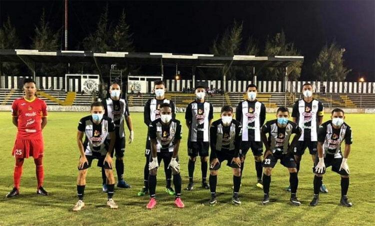 Đội Diriangen chống dịch ngay cả khi thi đấu. Ảnh: MD.