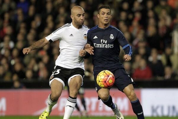 Neville: Ronaldo từng than ngọn cỏ quá dài - ảnh 1