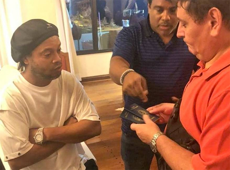 Lần bị tạm giam vì hộ chiếu giả mới đây chỉ là hệ quả tất yếu từ cả quá trình làm ăn lộn xộn của Assis (giữa) - anh trai kiêm người quản lý cho Ronaldinho. Ảnh: Oglobo.