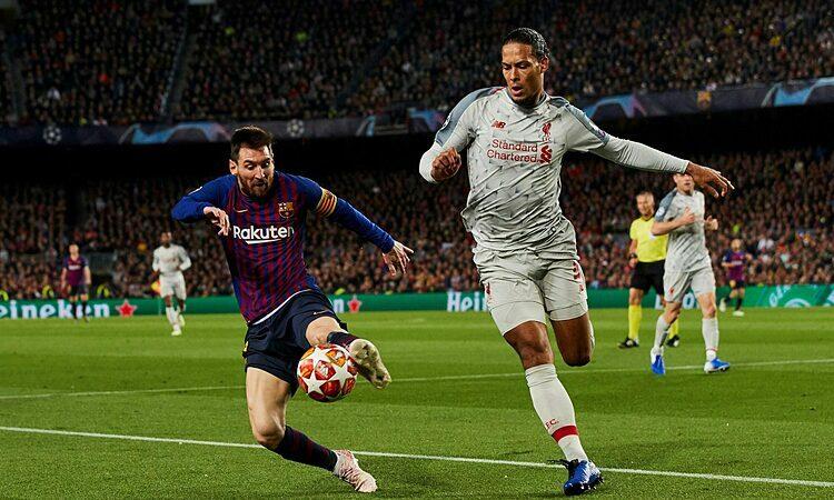 Messi (trái) là đối thủ khó chịu nhất với Van Dijk. Ảnh: Reuters.
