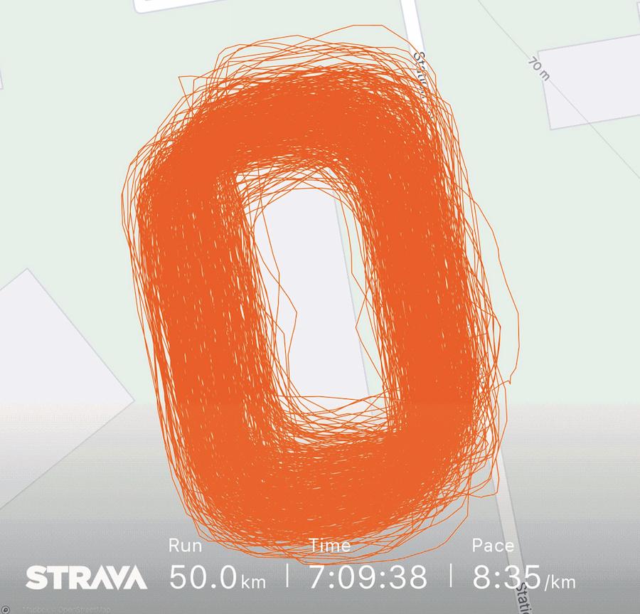 Runner Ryan Hattle chạy vòng quanh vườn nhà với quãng đường 50 km.