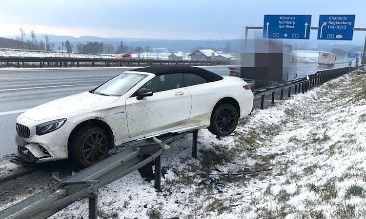 Chiếc Mercedes của Boateng bị hư hại sau khi đâm vào rào chắn cao tốc. Ảnh:@tv_oberfranken.