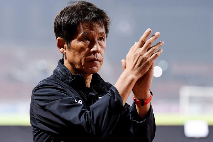 Akira Nishino là HLV hưởng lương cao nhất lịch sử bóng đá Thái Lan, 980.000 USD mỗi năm.