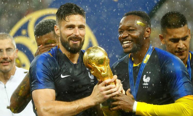Giroud đăng quang cùng đội tuyển hai năm trước. Ảnh: Reuters.