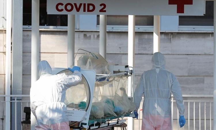 Nhân viên y tế di chuyển một bệnh nhân nhiễm nCoV trên cáng cách ly tại phòng khám Columbus ở Rome, Italy, hôm 16/3. Tính đến hết 1/4, Italy đã có hơn 110.000 ca nhiễm, trong đó có hơn 13.000 ca tử vong vì nCoV. Ảnh: Reuters.