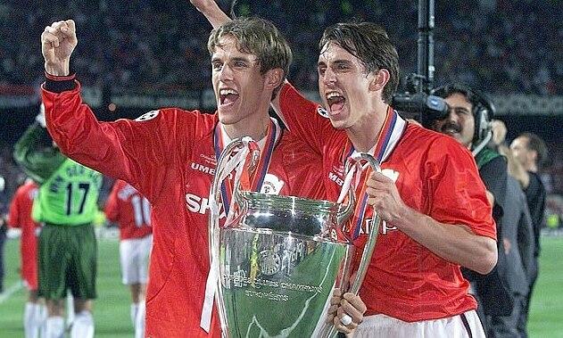 Gary Neville (phải) và em trai, Phil, nâng cúp Champions League năm 1999. Ảnh: EPA.