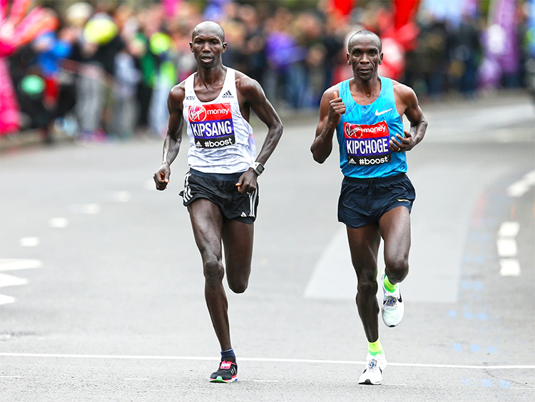 Kipsang và Kipchoge là một trong những niềm tự hào của làng chạy đường dài Kenya. Ảnh: Reuters.