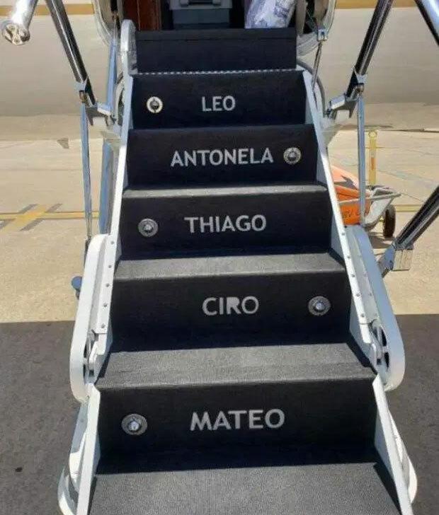 Cầu thang dẫn lên máy bay in tên gia đình Messi.