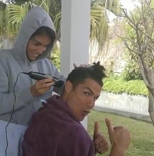 Ronaldo hào hứng khi lần đầu được bạn gái cắt tóc. Ảnh: Instagram.