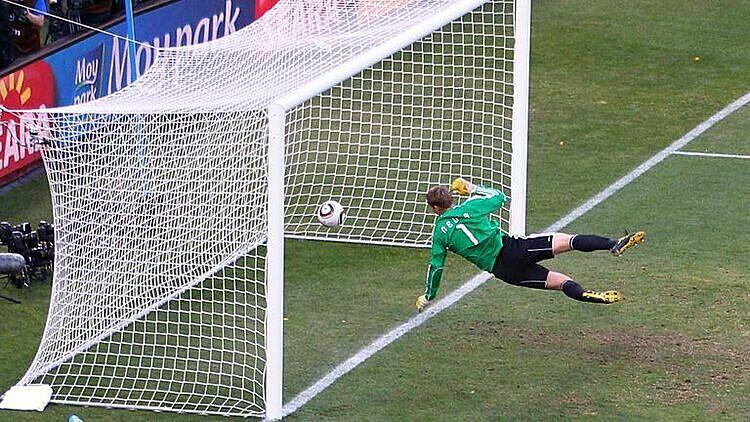 Bàn thắng ma của Lampard. Ảnh: Sky.