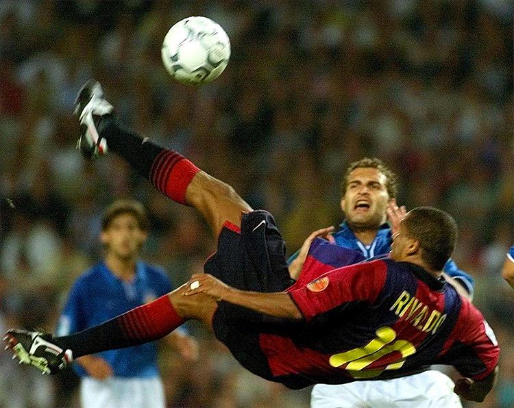 Rivaldo, với cú hattrick lịch sử trong đó có bàn cuối từ pha xe đạp chổng ngược hoàn hảo, giúp Barca thoát khỏi một mùa giải thảm hại.