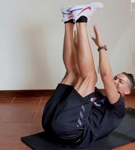 Động tác luyện cơ bụng của Ronaldo. Ảnh: Instagram.