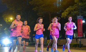 Áo đấu giải chạy Hanoi Midnight nổi bật dưới trời đêm Hà Nội