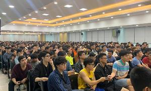 Gần 1.000 sinh viên tiếp sức giải chạy đêm Hà Nội