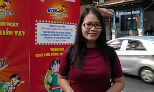 Phụ huynh nhận race kit cho runner Kun Marathon Hanoi 2020