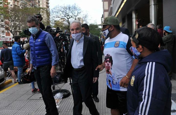 Bác sĩ Alfredo Cahe (thứ hai từ trái sang) cho rằng đội ngũ chăm sóc phải chịu trách nhiệm về cái chết của Maradona. Ảnh: Ole.