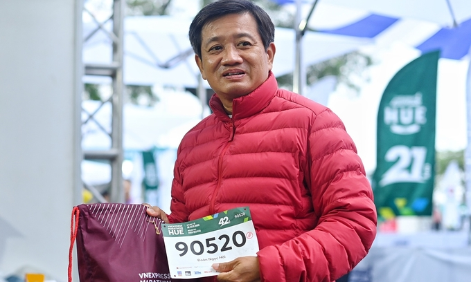 Ông Đoàn Ngọc Hải chạy 42 km tại VnExpress Marathon Huế