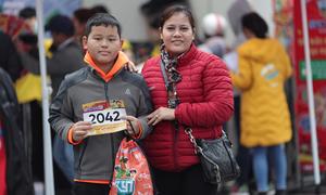 Phụ huynh có mặt từ sớm nhận bib cho runner Kun Marathon Huế