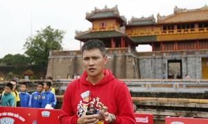 Công Vinh cổ vũ runner nhí tại VnExpress Marathon Huế