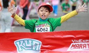 Các runner cán đích đầu tiên trên đường chạy nhí