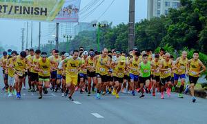 Các nhóm 'chạy đua' đăng ký giải đồng đội tại VM Hanoi Midnight